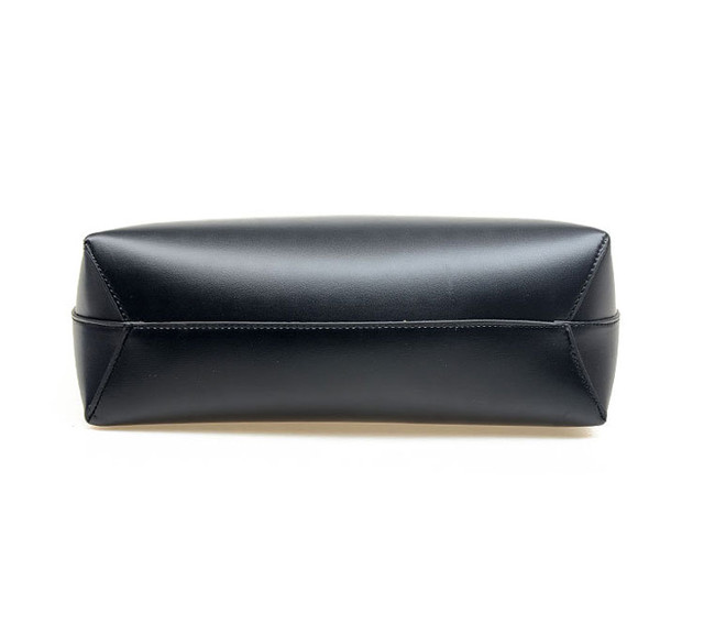 Женская сумка-шоппер черная вид снизу.