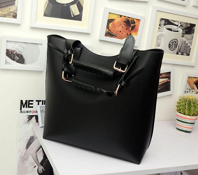 Женская сумка-шоппер черная в реальном масштабе.