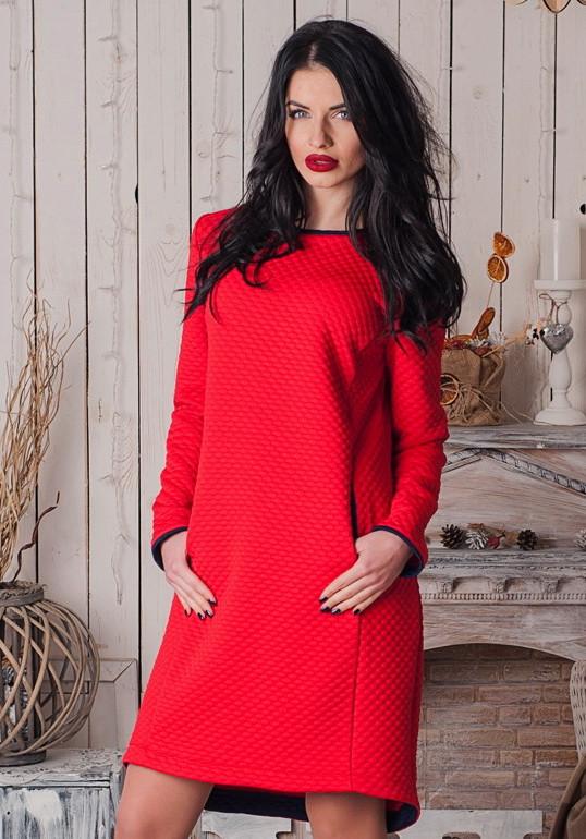 Яркое теплое платье из стеганного трикотажа с карманами