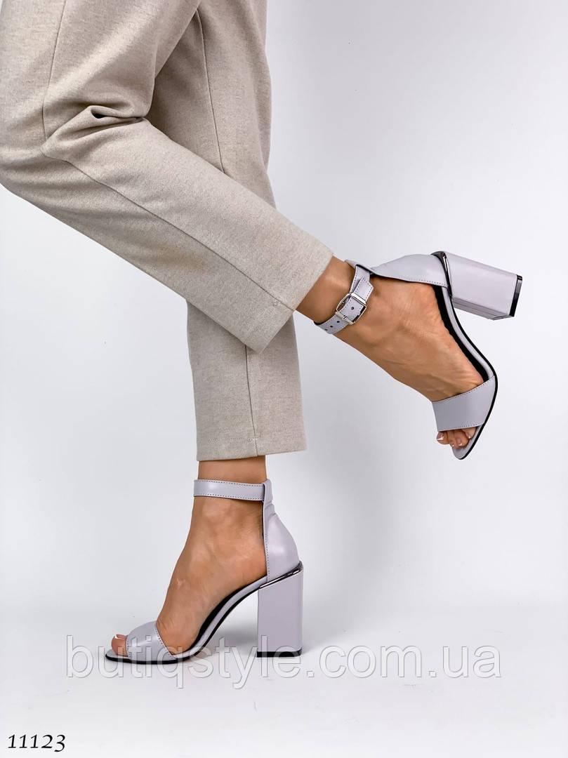 Жіночі сіро-лілові босоніжки натуральна шкіра на підборах