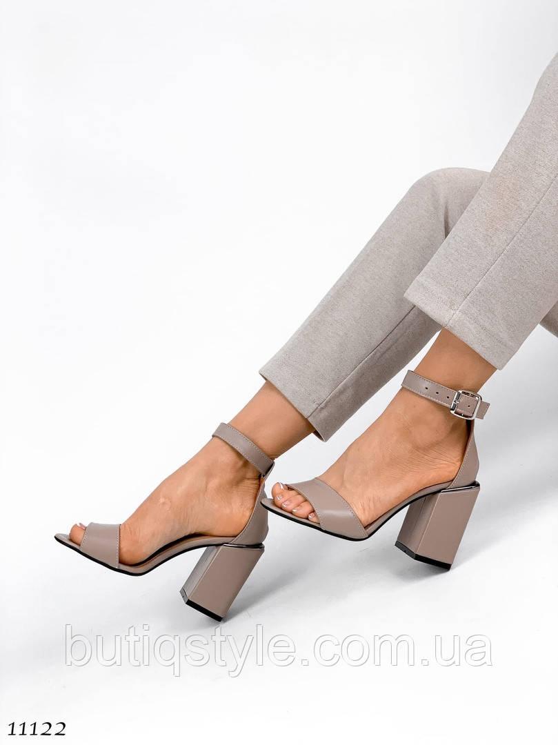 Жіночі бежеві босоніжки натуральна шкіра на широкому каблуці