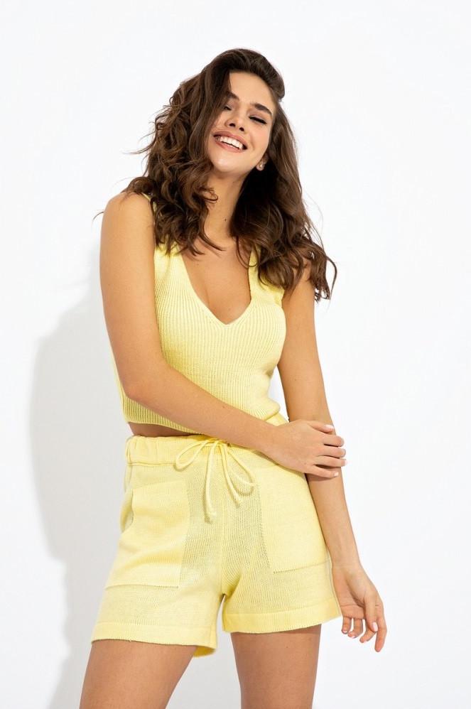 Річний в'язаний костюм-двійка з топа і шорт з накладними кишенями з напіввовняної пряжі. Жовтий