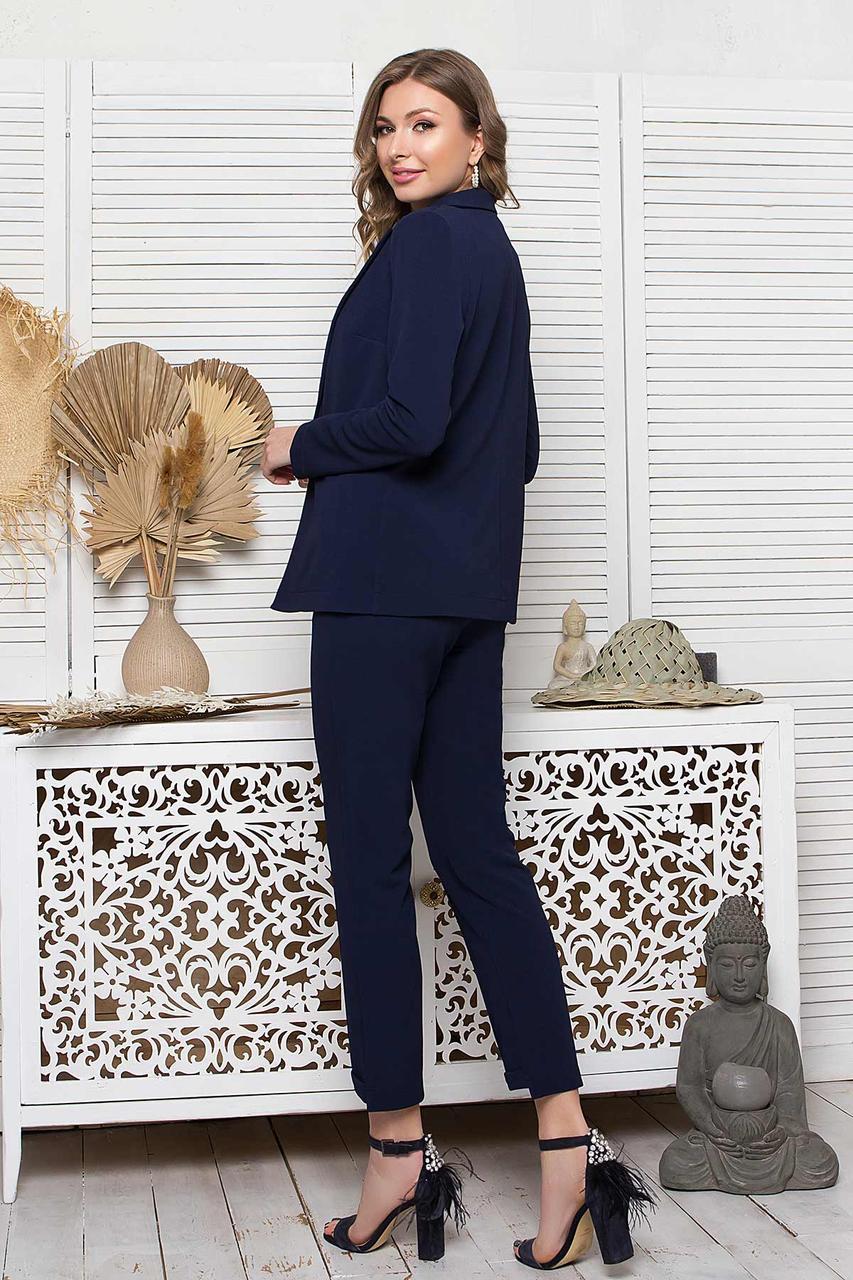 Костюм-трійка прямого силуету з штанів, жакета темно-синього кольору і білої майки-топа