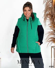Молодежная жилетка зеленого цвета с карманами на молнии и капюшоном большие размеры  от 50 до 64