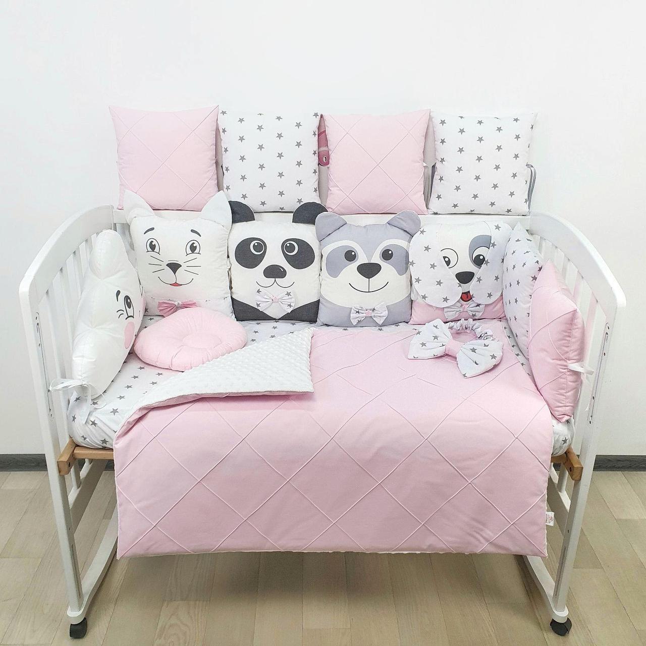 Комплект бортиков и постельного белья в детскую кроватку с игрушками и облаком в  нежно розовых тонах