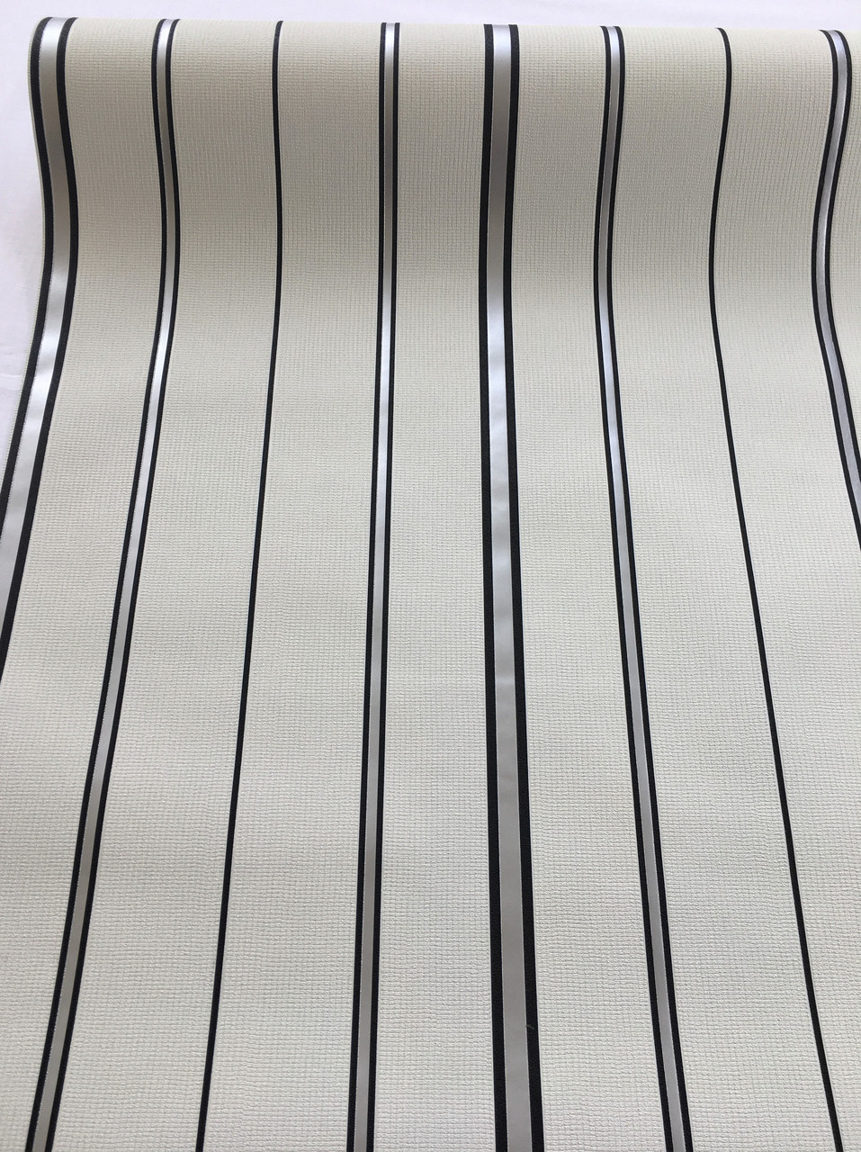 Елегантні креативні німецькі шпалери 600318 тонку чорну металізовану смужку на пастельному світло сірому
