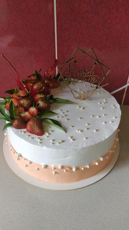 Нежный тортик с топпером Happy Birthday  из ламинированного картона