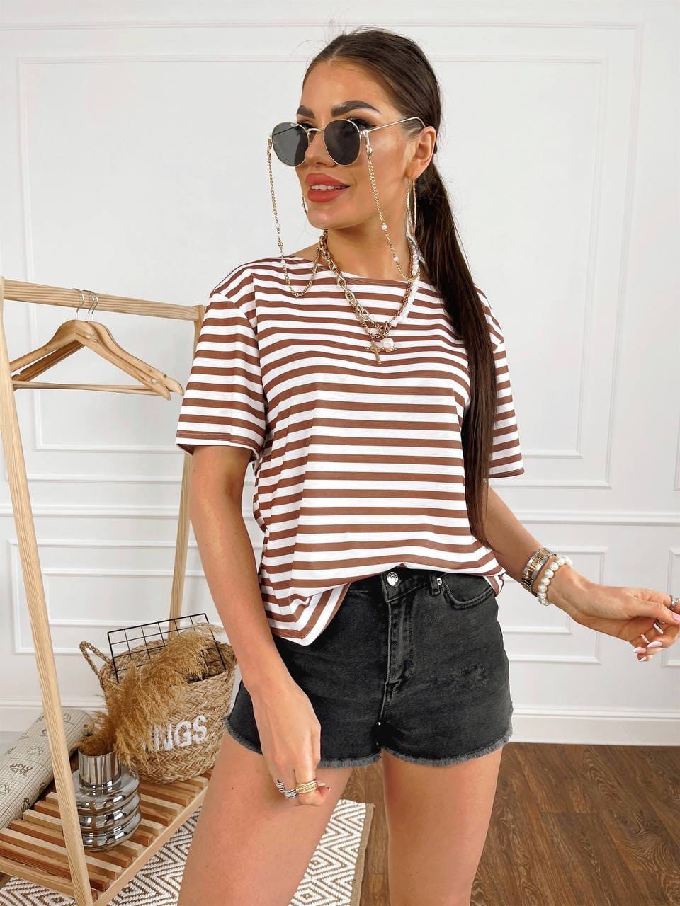 Женская футболка в полоску с открытой спиной