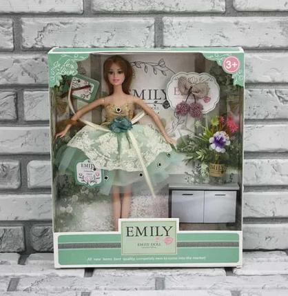 Лялька Emily без шарнірна в пишній сукні з довгим темним волоссям і аксесуарами в коробці, Емілі QJ 088 D, фото 2