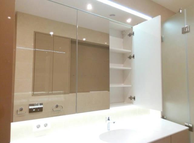 Стенка в ванной. Фасады зеркало, крашенный МДФ глянец, светодиодная подсветка, столешница и мойка искусственный камень. Корпус ДСП.