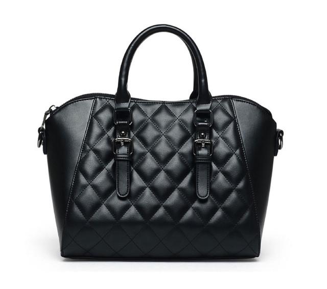 Женская черная сумка через плечо вид спереди.