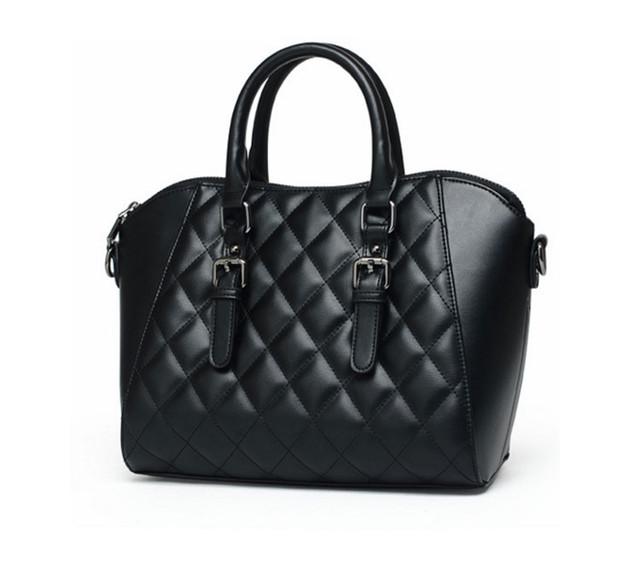 Женская черная сумка через плечо вид сбоку.
