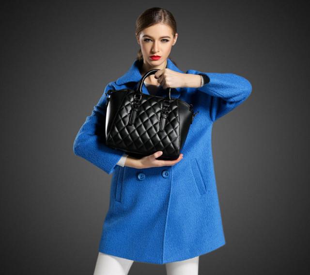 Девушка с черной женской сумкой через плечо.