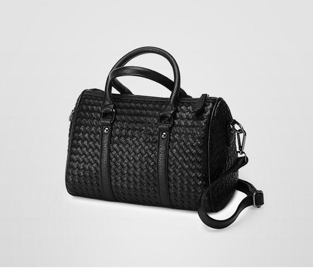 Женская черная сумка Boston с наплечным ремешком.