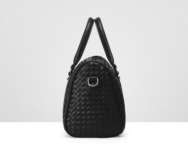 Женская черная сумка Boston вид сбоку.