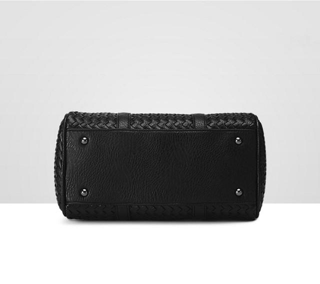 Женская черная сумка Boston вид снизу.