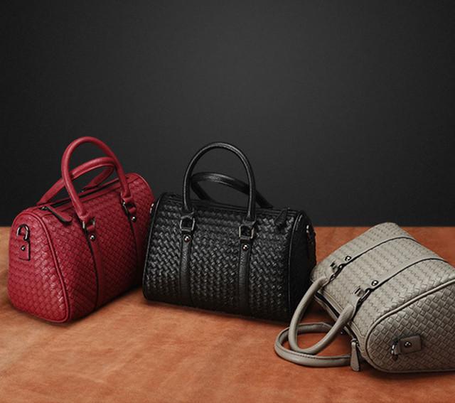 Женская черная сумка Boston в разных цветовых вариантах.