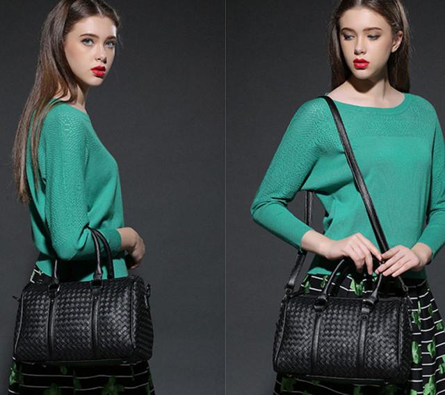 Девушка с черной сумкой Boston.