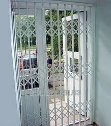 Раздвижные решетки на двери для магазина