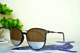 Солнцезащитные зеркальные очки в черной тонкой оправе