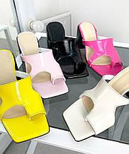Женские лаковые шлепанцы мюли с квадратным носком на каблуке