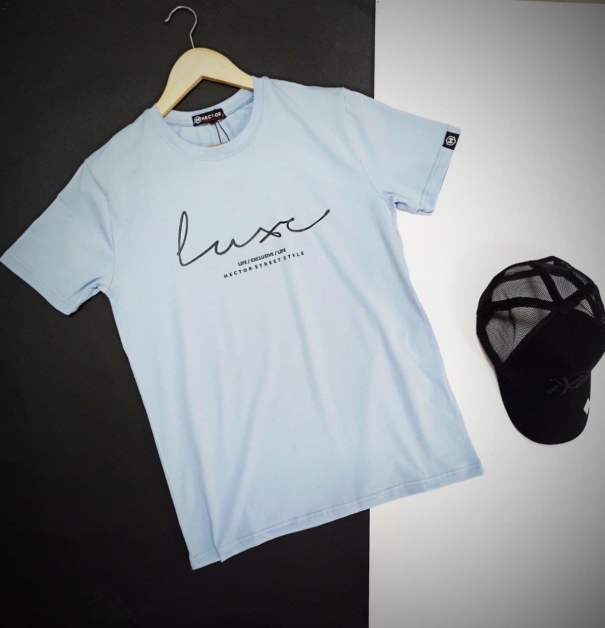 Мужская голубая футболка с надписью на груди с короткими рукавами и круглой горловиной весна-лето