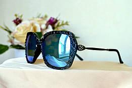 Солнцезащитные зеркальные очки в черной фигурной оправе