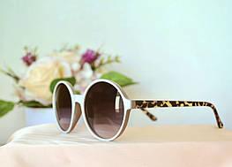 Солнцезащитные очки в бежевой оправе