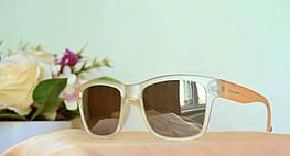 Солнцезащитные очки с зеркальными линзами в полупрозрачной оправе