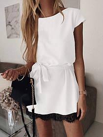 Женское светлое платье свободного кроя с поясом и кружевом
