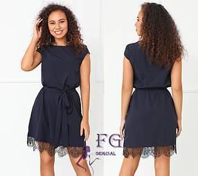 Женское платье свободного кроя с поясом и кружевом