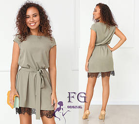 Женское платье оливка свободного кроя с поясом и кружевом