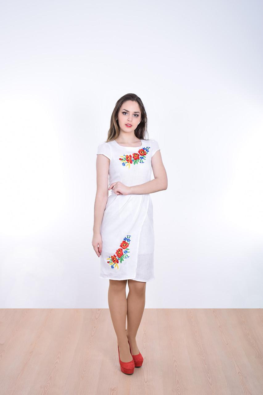 Красивое женское платье в украинском стиле украшено вышитыми полевыми цветами