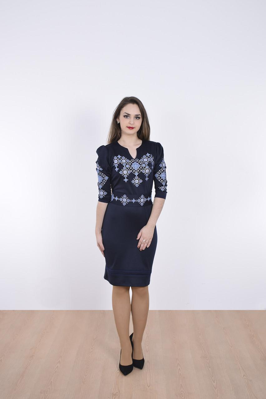 Стильное платье приталенное декорировано оригинальным геометрическим принтом