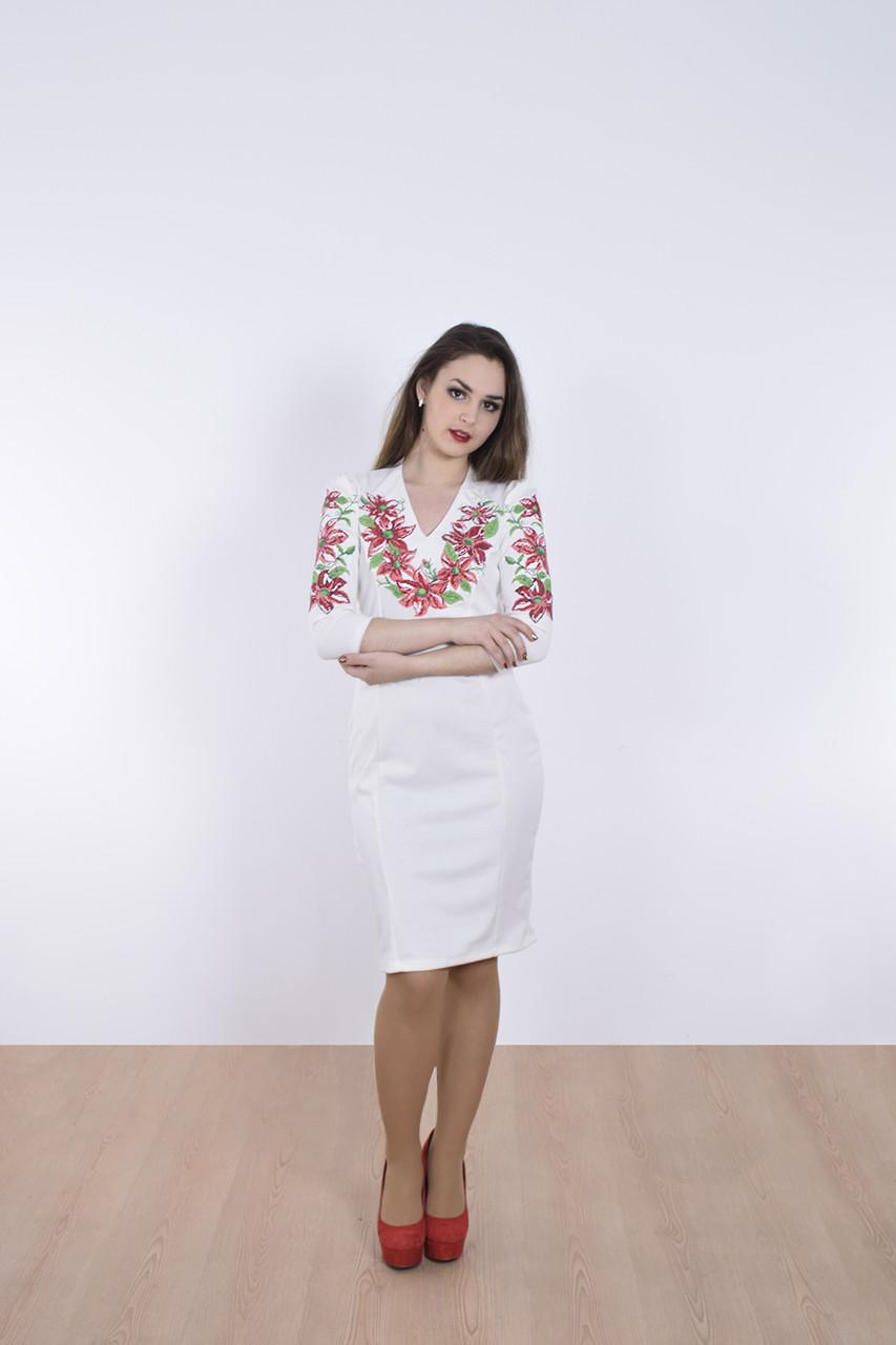 Праздничное женское платье рукав 3/4 украшено роскошным вышитым цветочным принтом