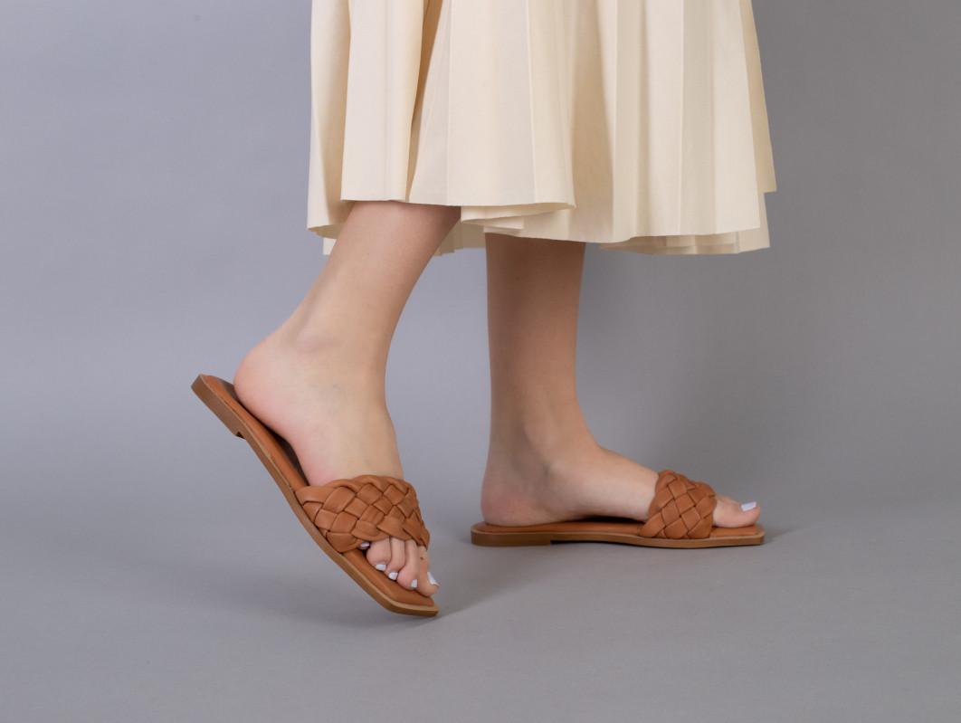 Шльопанці жіночі шкіряні карамельного кольору з кіскою на низькому ходу