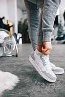 Женская обувь бело-серого цвета Найк Аир Джордан. Кожаные кроссовки Nike Air Jordan Retro 1 для девушек.