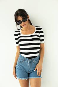 Женская приталенная черно-белая футболка в полоску