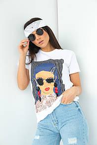 Женская белая футболка с принтом и блестящими украшениями