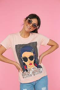 Женская бежевая футболка с принтом и блестящими украшениями