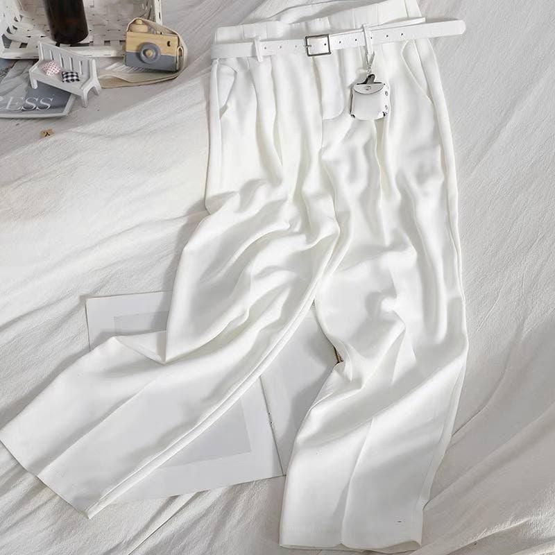 Женские брюки с ремнем в белом цвете