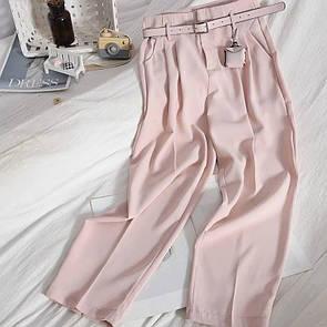 Женские брюки с ремнем в пудровом цвете