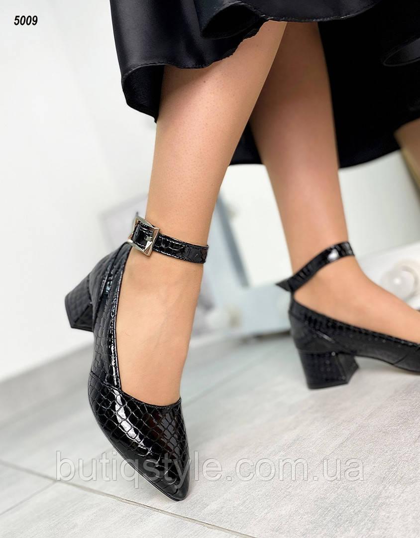 Жіночі чорні туфлі натуральна шкіра з тисненням