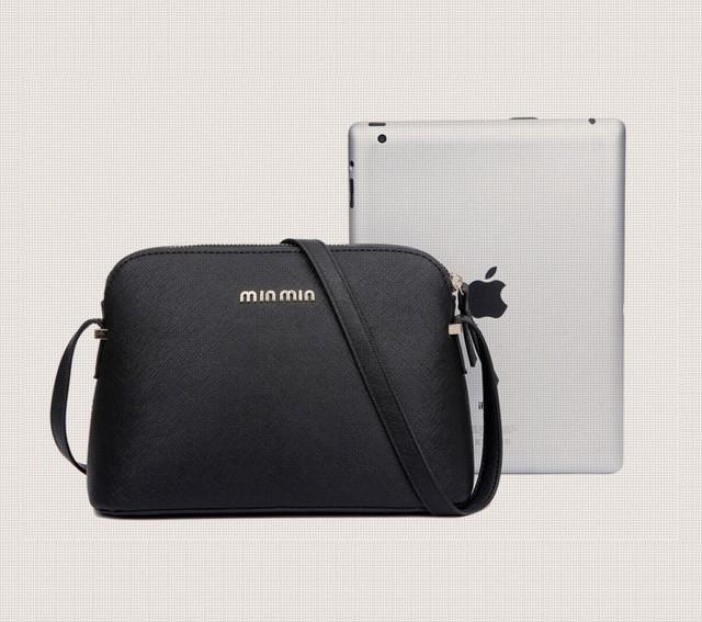 Женская сумка-купол рядом с iPad.