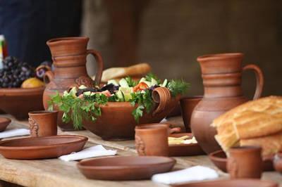 Изделия из красной глины (кувшины, бутылки, тарелки, жаровни, подносы)