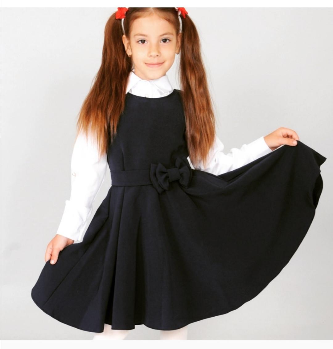 Школьный сарафан чёрного цвета.