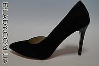 Черные туфли на шпильке из натуральной замши с оригинальным вырезом