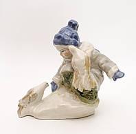 Статуэтка фаянсовая, девочка кормящая голубей, СССР