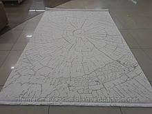 Білий килим з бежевим малюнком текстурою деревини