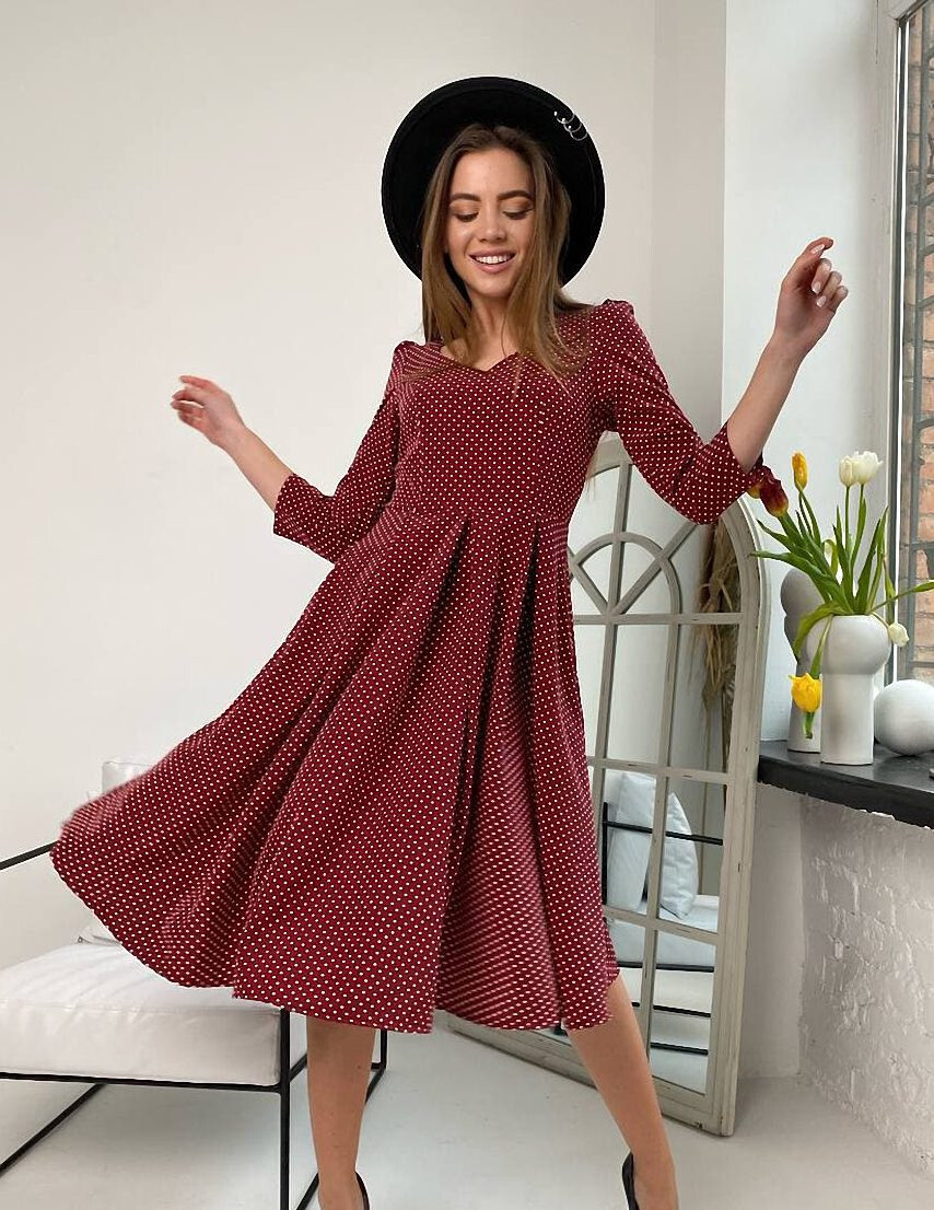 Жіноча бордова сукня міді в горошок